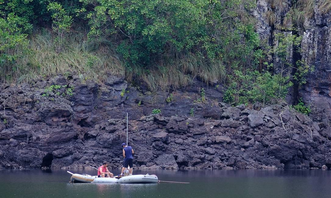 Marco Felipe Raczka, Rudney Almeida e Majoi Nascimento coletam amostra de sedimento no Lago do Nióbio, no Amazonas Foto: Gustavo Ganzaroli Mahé / NGS/Waitt Grants Program
