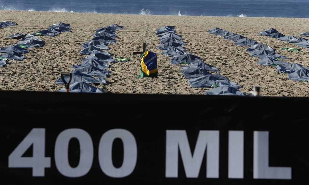 Cartaz destaca o triste número de pessoas mortas pela Covid-19, desde o primeiro caso registrado no ano passado: 400 mil Foto: Fabiano Rocha / Agência O Globo
