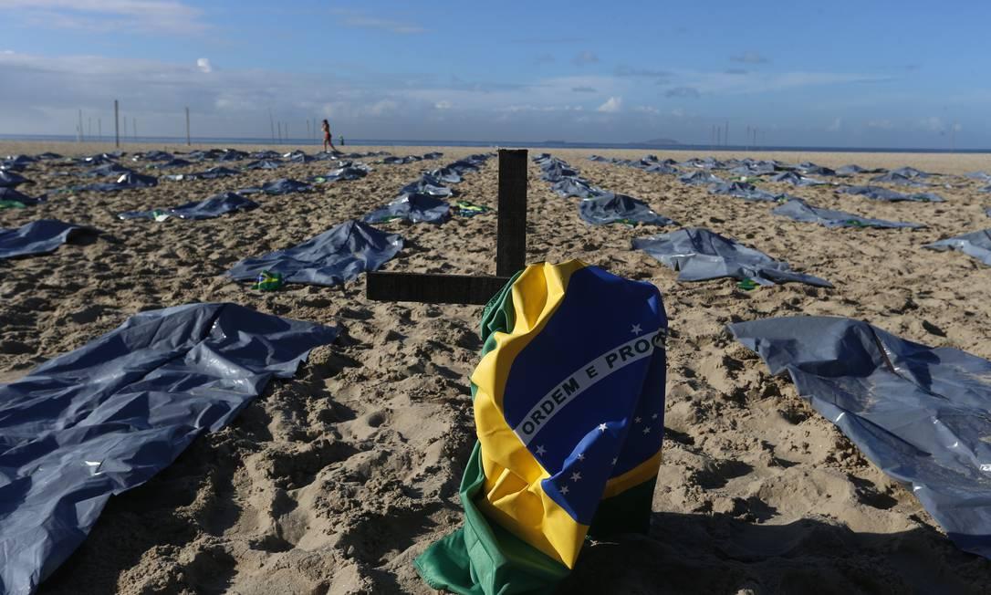 ONG Rio de Paz realizaz ato público em memória dos 400 mil mortos pela Covid-19 e em protesto à gestão da pandemia do governo do presidente Jair Bolsonaro Foto: Fabiano Rocha / Agência O Globo