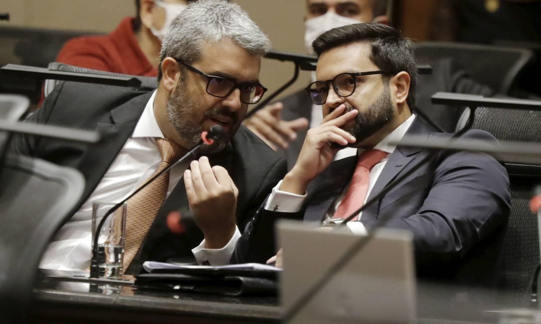 Os advogados de defesa, Eric Trotte e Bruno Albernaz, pediram a suspensão do processo, que foi negada pelo Tribunal Misto Foto: Marcia Foletto / O Globo
