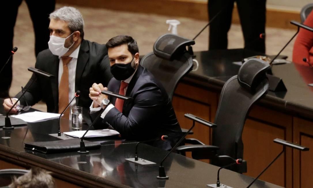 Advogados de Wilson Witzel acompanham a sessão ao lado da cadeira vazia onde estaria o governador asfastado Foto: Marcia Foletto / Agência O Globo