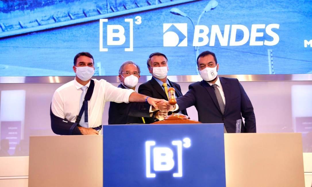 O senador Flávio Bolsonaro; o ministro da Economia, Paulo Guedes; o presidente Bolsonaro; e o governador Cláudio Castro batem o martelo no leilão da Cedae Foto: Divulgação/B3