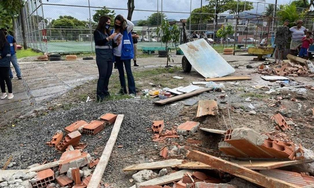 Quinta, 29 de abril. Agentes da prefeitura removem edificações na Praça Soldado Mário Kosel Filho, no Anil Foto: Divulgação/Subprefeitura de Jacarepaguá