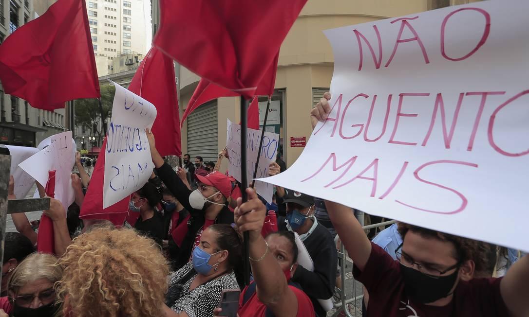 Manifestantes hostilizaram a comitiva do presidente, chamado de genocida Foto: Edilson Dantas / Agência O Globo