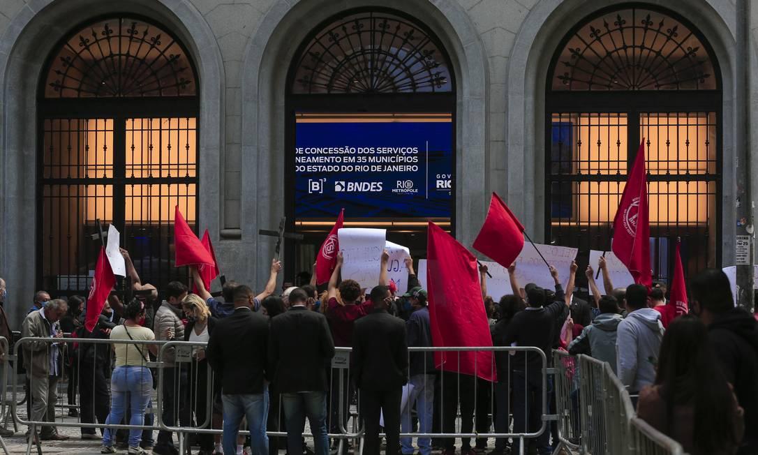 O protesto aconteceu em frente à Bolsa de Valores de São Paulo, onde foi realizado o leilão da Cedae Foto: Edilson Dantas / Agência O Globo