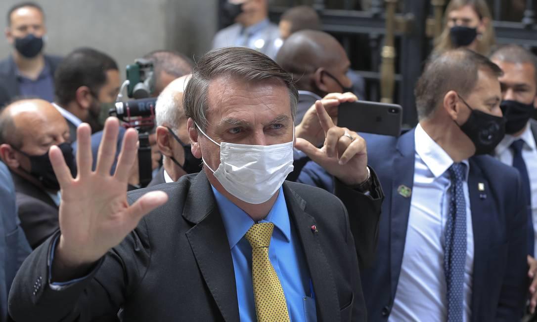 """Bolsonaro acessou uma entrada auxiliar para desviar dos manifestantes que o esperavam com gritos de """"Fora Bolsonaro"""" Foto: Edilson Dantas / Agência O Globo"""