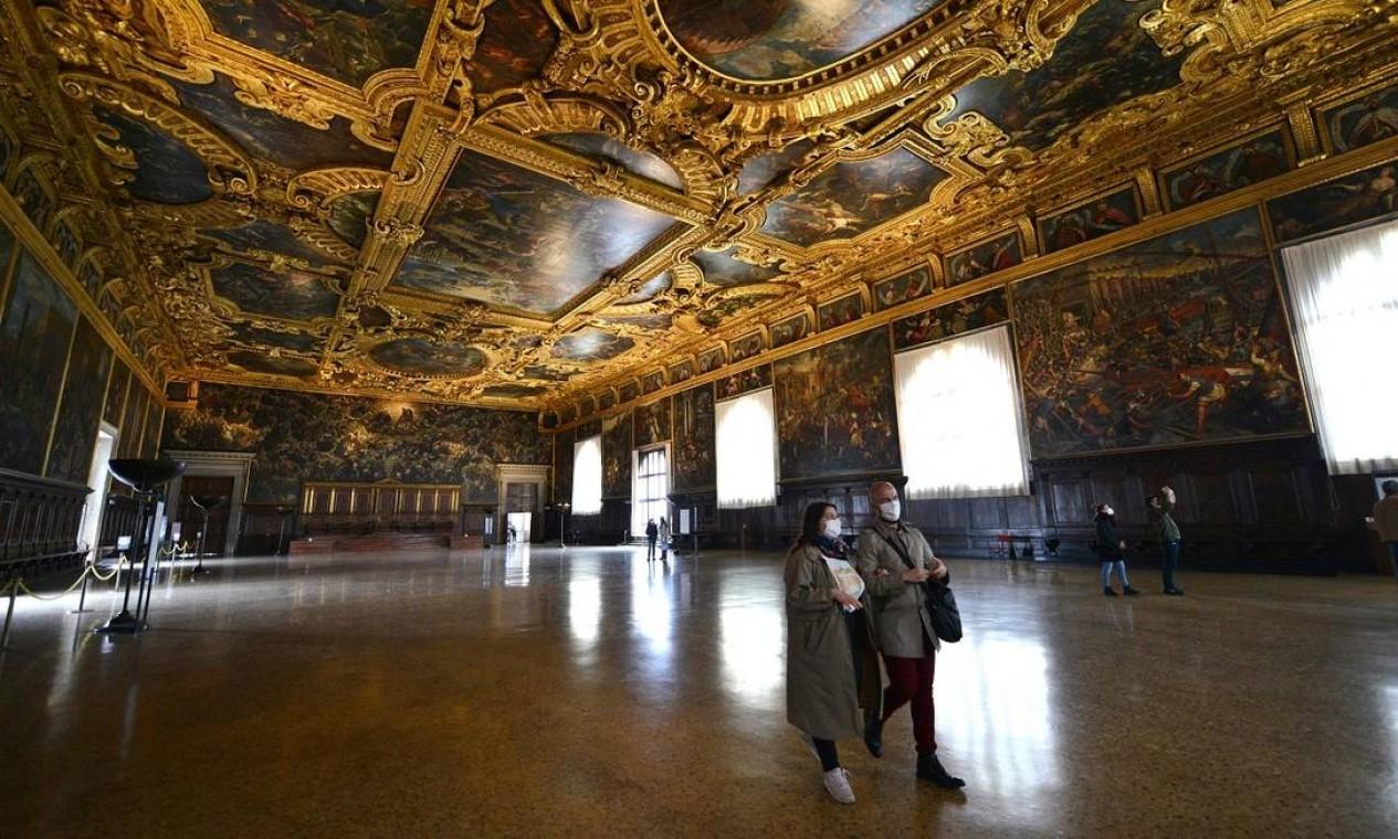 Com o relaxamento das medidas de distanciamento contra a Covid-19 na Itália, as pessoas (usando máscaras e em número menor) puderam voltar a visitar museus como o Palazzo Ducale, em Veneza Foto: ANDREA PATTARO / AFP