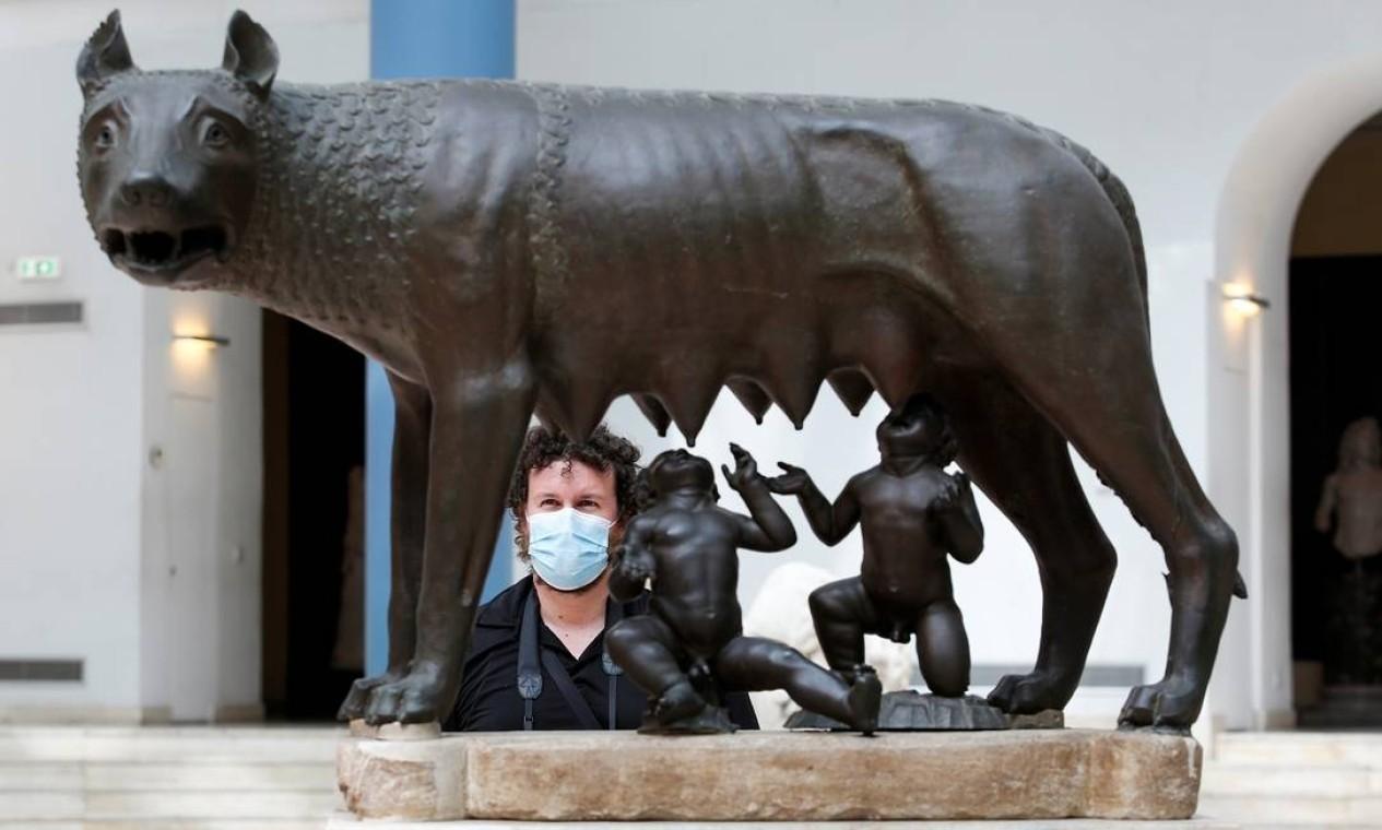 Visitante observa a escultura que retrata o mito da fundação de Roma, com Rômulo, Remo e a loba, nos Museus Capitolinos, na capital italiana, outra atração reaberta ao longo da semana Foto: REMO CASILLI / REUTERS