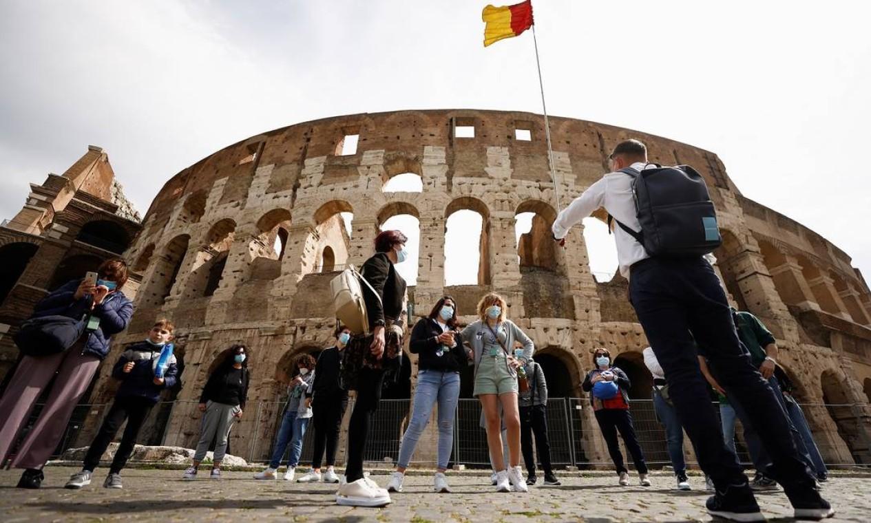 Atrativos de Roma, como o Coliseu, também voltaram a ser procurados pelos visitantes Foto: GUGLIELMO MANGIAPANE / REUTERS