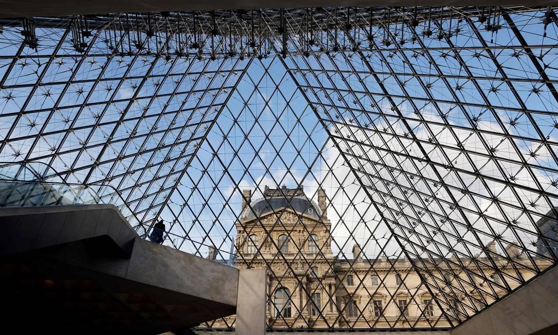 Já na França, o relaxamento de medidas de distanciamento, anunciado em 29 de abril, passará a valer em 19 de maio, quando museus (como o Louvre), cinemas, cafés e restaurantes poderão voltar a funcionar com capacidade reduzida, após meses fechados Foto: LUDOVIC MARIN / AFP