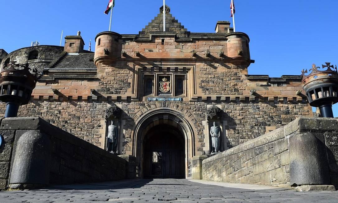 Em 30 de abril, foi a vez de o Castelo de Edimburgo, uma das principais atrações dessa cidade escocesa e fechado desde 2020 por conta da pandemia, reabrir suas portas ao público Foto: ANDY BUCHANAN / AFP