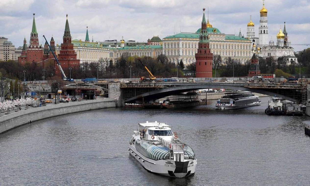 Na capital russa, os passeios turísticos de barco pelo Rio Moscou, que passam por cartões-postais como o Kremlin, voltaram a operar em 29 de abril, marcando o início da temporada mais quente na cidade Foto: NATALIA KOLESNIKOVA / AFP