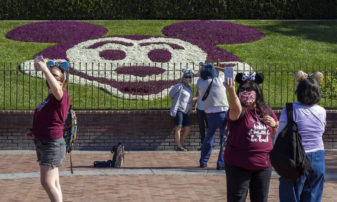 Nos Estados Unidos, o grande destaque foi a reabertura da Disneyland, em Anaheim, Califórnia, que voltou a receber visitantes em 30 de abril, após os níveis de infecção no estado cairem significativamente Foto: DAVID MCNEW / AFP