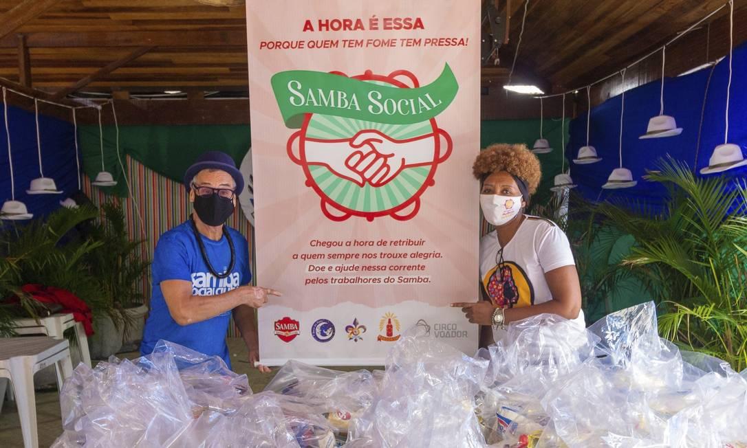 Social. Carlinhos de Jesus com Kátia Regina, do projeto Sonho de Criola, um dos beneficiados pela campanha Foto: Divulgação/Tyno Cruz