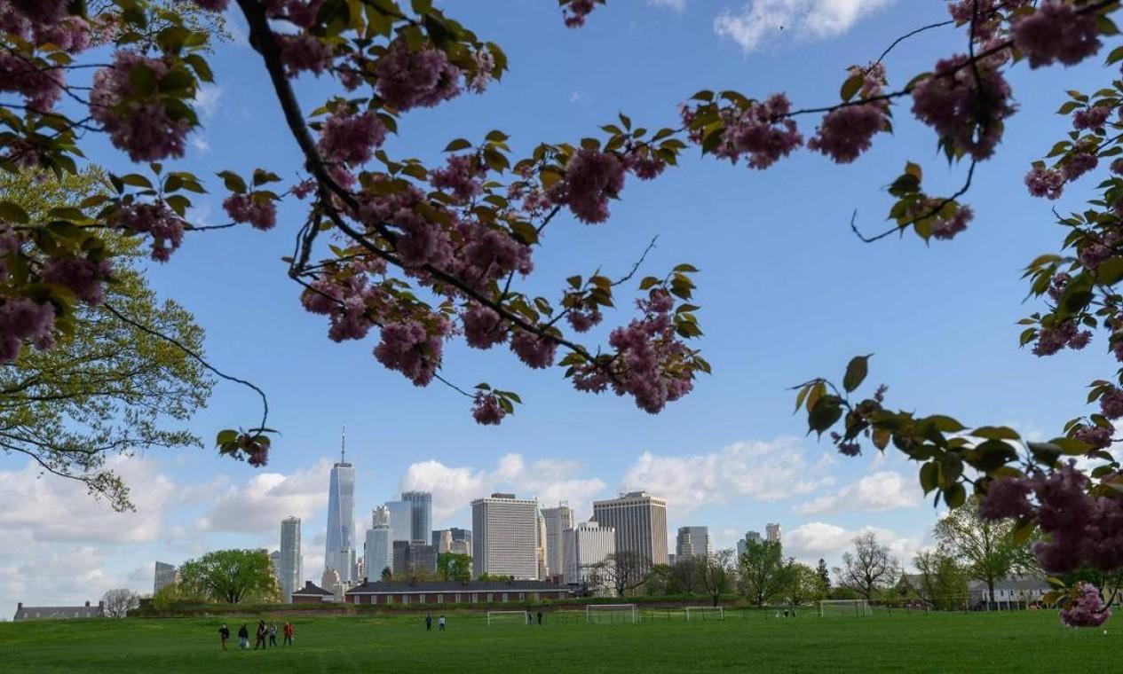 Nova York também tem está reabrindo suas atrações. Neste 1º de maio a Governors Island (de onde se tem essa bela vista do sul de Manhattan) voltará a receber visitantes Foto: ANGELA WEISS / AFP