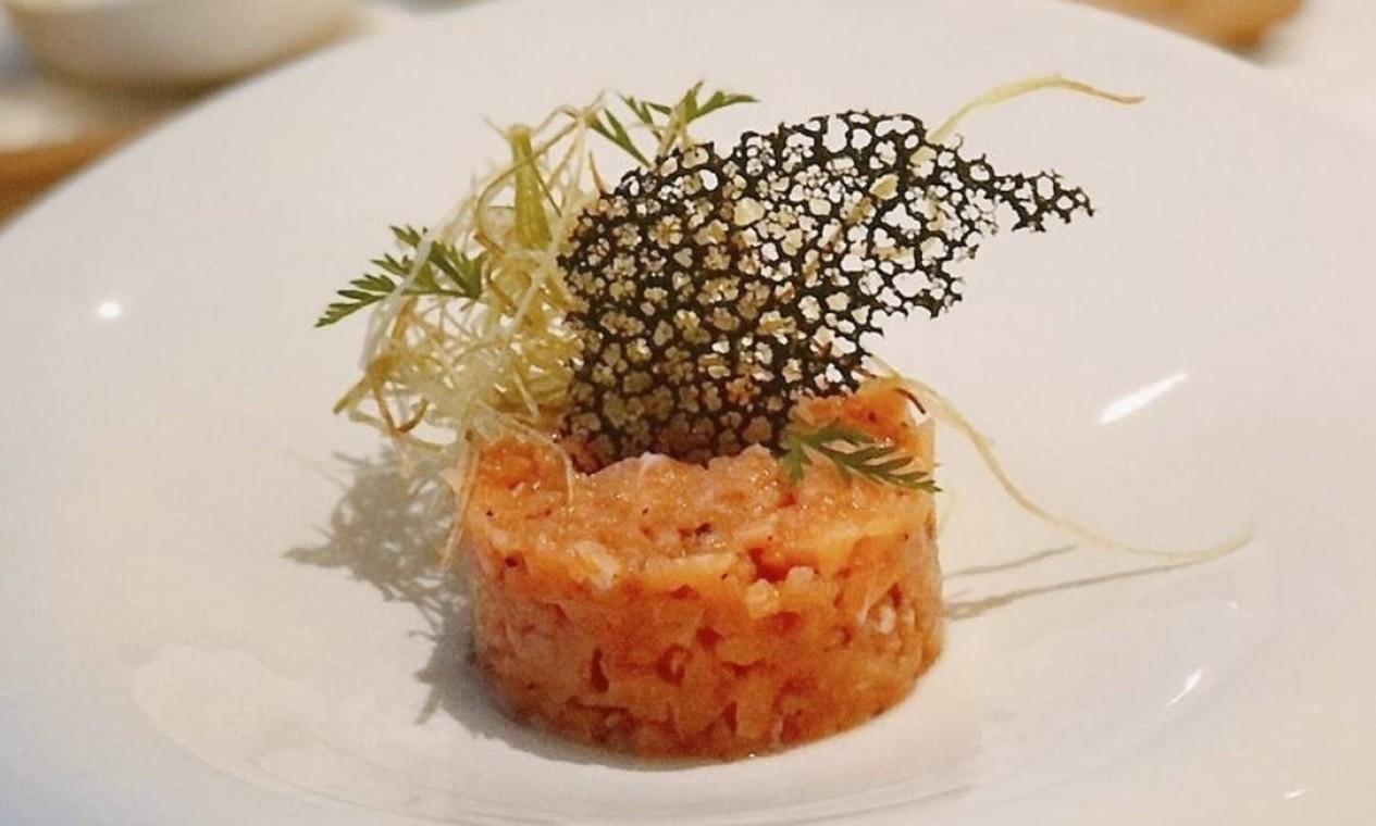 Cores. Tartar de salmão com telha de tinta de lula, crispy de alho-poró, cebola roxa e ovo cozido do Beatriz (2051-1905): R$ 45 Foto: Divulgação/Beatriz