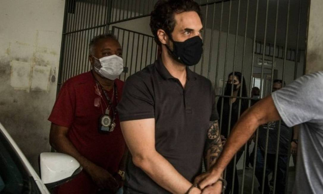 Algemado, Dr. Jairinho sendo conduzido por policias civis em delegacia Foto: Guito Moreto / Agencia O Globo