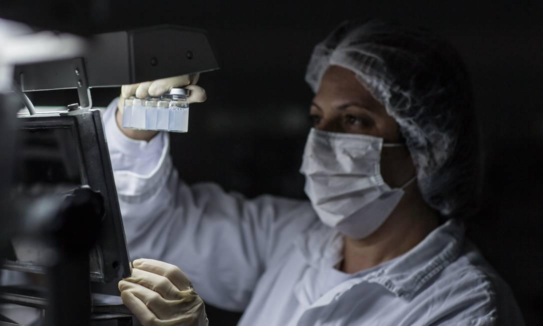 Cientista na produção da vacina CoronaVac no Instituto Butantan, em São Paulo Foto: Edilson Dantas / Agência O Globo