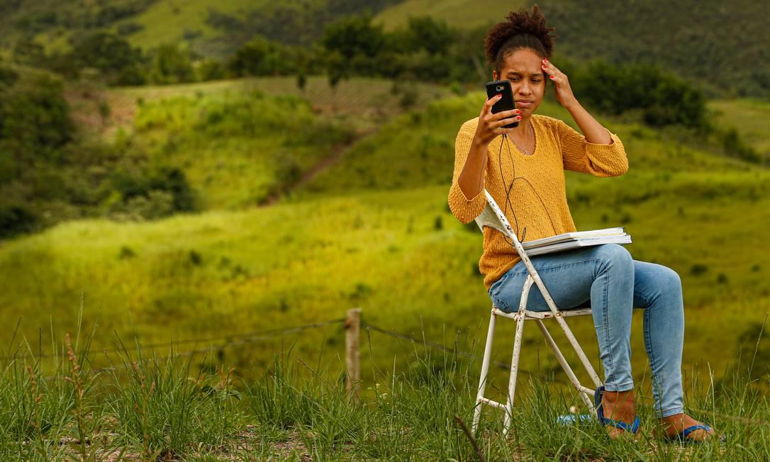 Deborah Laurentino, de 18 anos, se formou no ensino médio em 2020 usando a internet do vizinho; agora, estuda pelo Enem apenas nos dias de sol Foto: ROBERTO MOREYRA / Agência O Globo