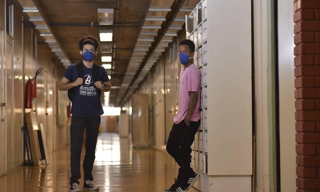Thalison Moreira, 20 anos, e Willian Santos, de 22, são amigos de infância: alunos da Universidade Federal de Goiás (UFG), dividem uma bolsa de estudo para nenhum evadir Foto: Agência O Globo