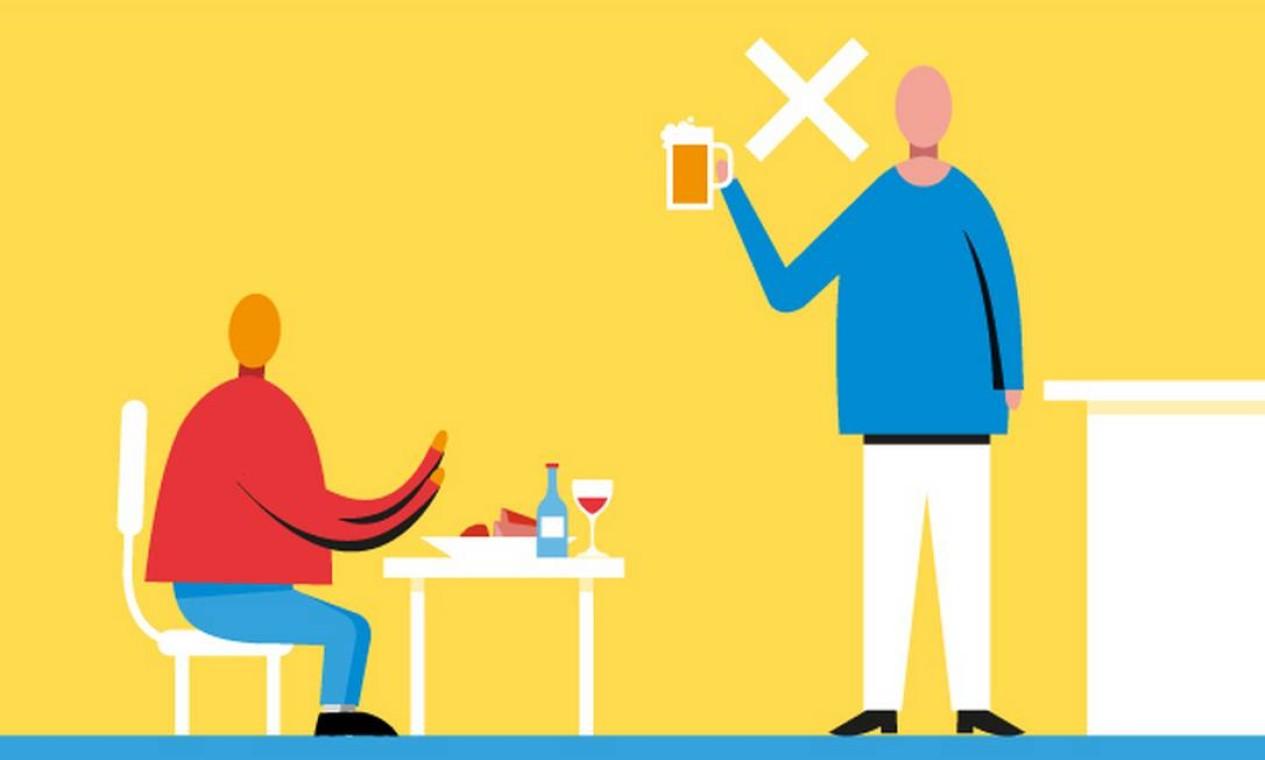 Atenção. Consumir de pé em bares e restaurantes não é recomendado. No Rio, é proibido. Dá multa para o bar ou restaurante Foto: Renato Carvalho