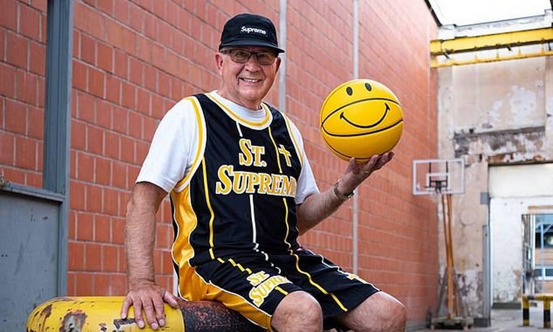 O aposentado alemão Alojz Abram, de 75 anos, faz sucesso na web com seus looks Foto: Reprodução
