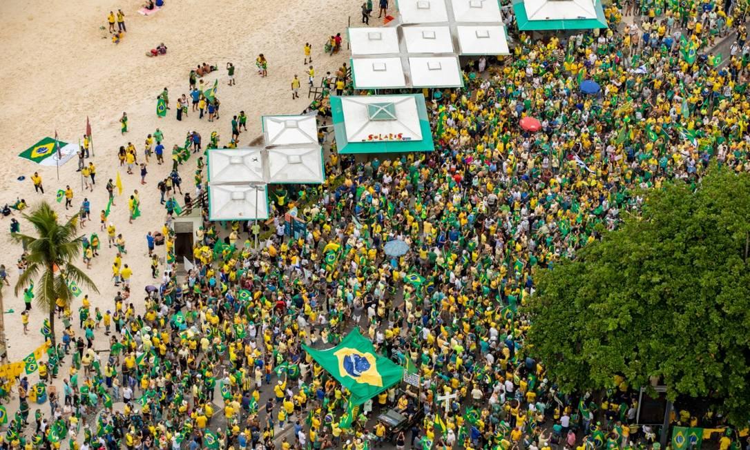 Apoiadores de Bolsonaro fazem manifestação na orla de Copacabana no 1° de maio Foto: Ana Branco/ Agência O GLOBO
