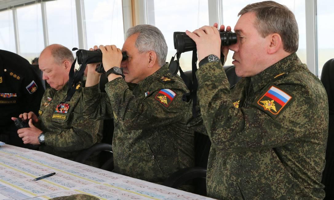 O ministro da Defesa russo, Sergei Shoigu (centro), observa as manobras envolvendo 100 mil soldados na Crimeia e no Donbass, encerradas em 23 de abril após três semanas Foto: VADIM SAVITSKY / AFP