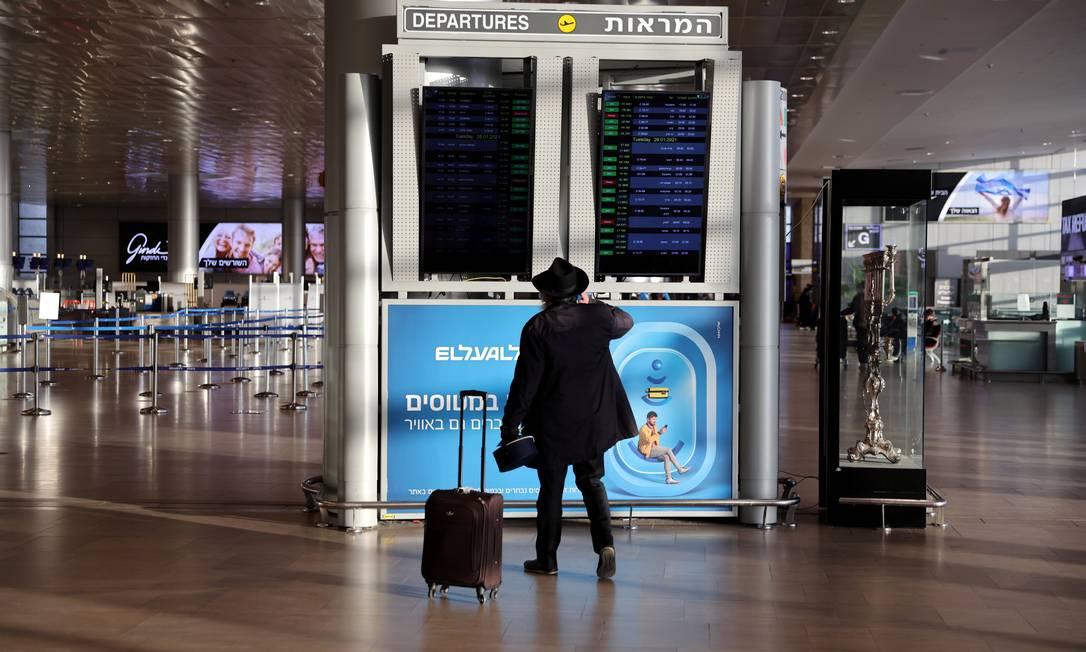 Passageiro observa painel de informações no Aeroporto Internacional Ben Gurion, em Tel Avivi, capital de Israel Foto: RONEN ZVULUN / REUTERS