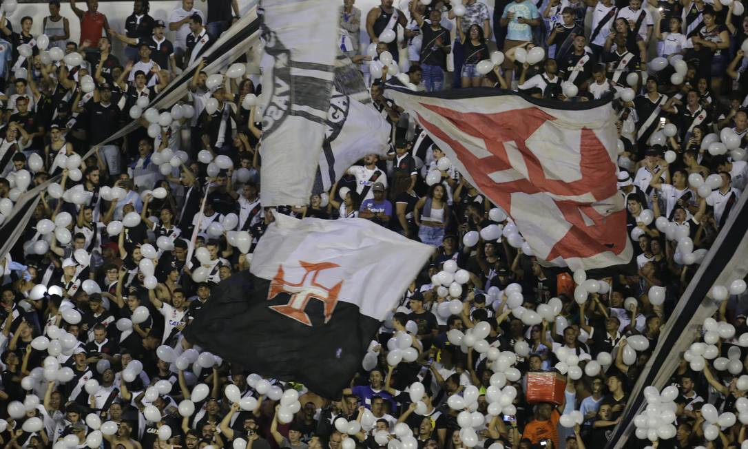 Torcida do Vasco dá nova demonstração de amor ao clube Foto: Marcelo Theobald / Agência O Globo