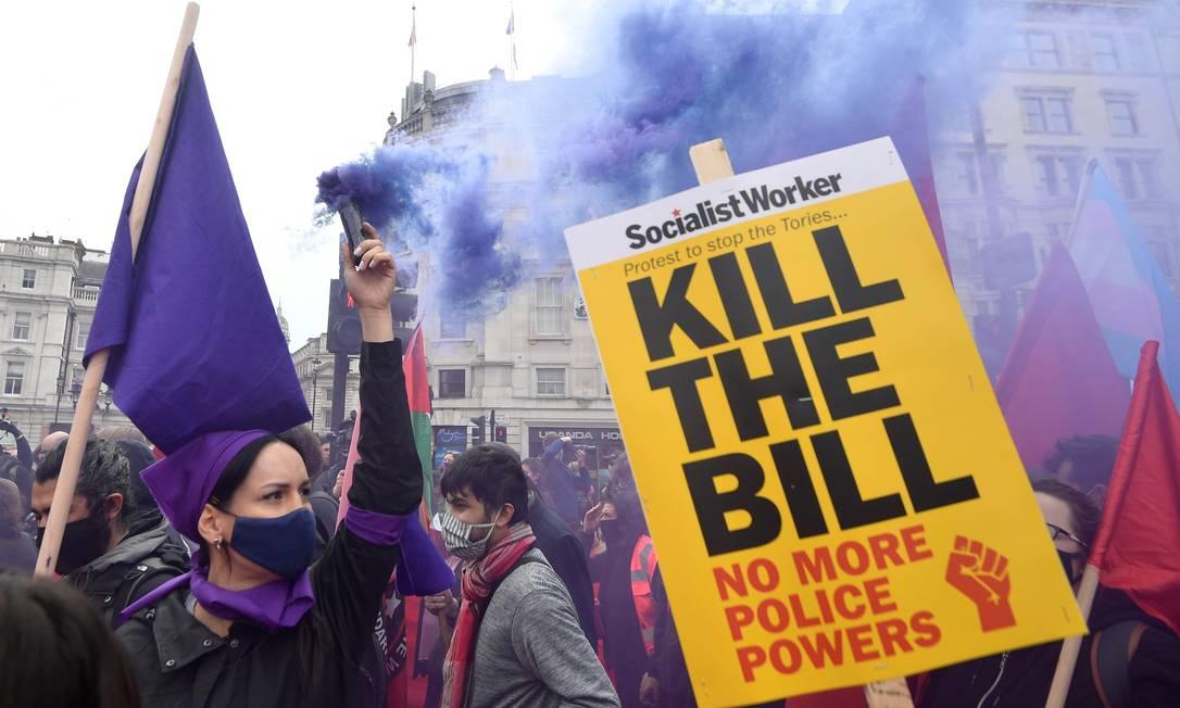 """Um manifestante libera fumaça colorida durante um protesto """"Kill the Bill"""" na Trafalgar Square em Londres, Grã-Bretanha, em 1 ° de maio de 2021. REUTERS / Toby Melville Foto: TOBY MELVILLE / REUTERS"""