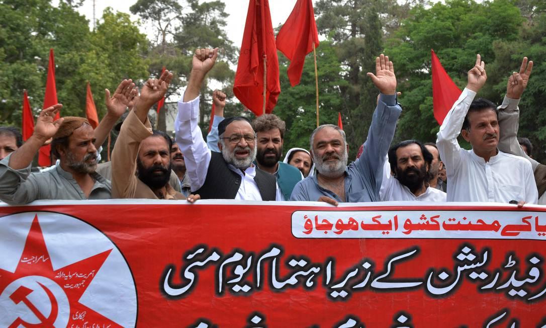 Ativistas do Sindicato Trabalhista do Paquistão gritam slogans durante uma manifestação para marcar o Dia do Trabalho em Quetta Foto: BANARAS KHAN / AFP