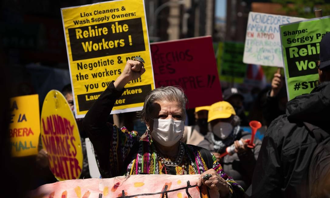 Dezenas de pessoas marcham durante um protesto do primeiro de maio na cidade de Nova York. Em todo Estados Unisos, pessoas protestam e pelos direitos dos trabalhadores Foto: David Dee Delgado / AFP
