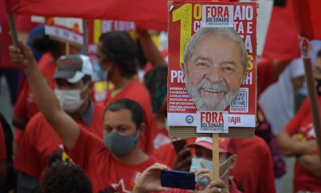 Manifestante segura um cartaz com uma foto retratando o ex-presidente brasileiro Luiz Inácio Lula da Silva durante uma manifestação contra o presidente brasileiro Jair Bolsonaro, no Dia Internacional do Trabalhador, em São Paulo Foto: NELSON ALMEIDA / AFP