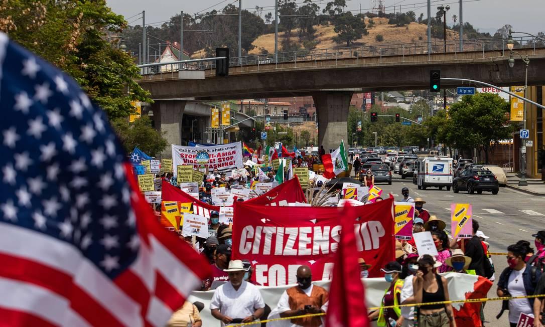 Trabalhadores de Los Angeles, Califórnia, EUA, marcharam de Chinatown para a prefeitura prefeitura para marcar o Primeiro de Maio Foto: Apu Gomes / AFP
