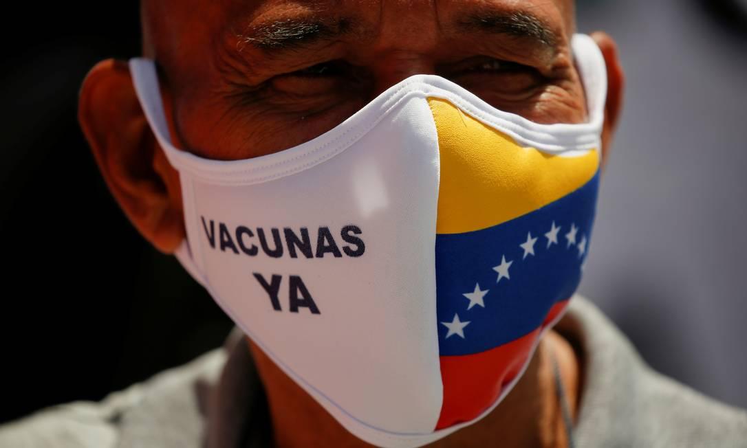 """Manifestante opositor ao governo venezuelano usa uma máscara que diz """"Vacinas agora"""" enquanto participava de um protesto para exigir aumentos salariais, em Caracas, Venezuela Foto: LEONARDO FERNANDEZ VILORIA / REUTERS"""