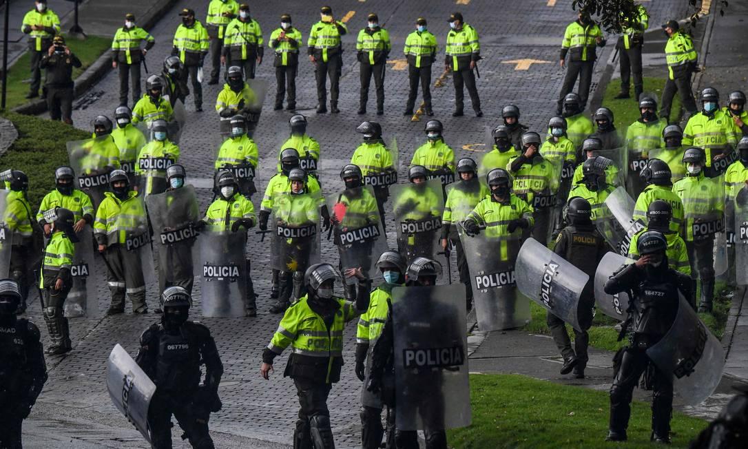 Polícia de choque monta guarda durante protesto contra projeto de reforma tributária em frente à casa do presidente Iván Duque, em Bogotá Foto: JUAN BARRETO / AFP/01-05-2021
