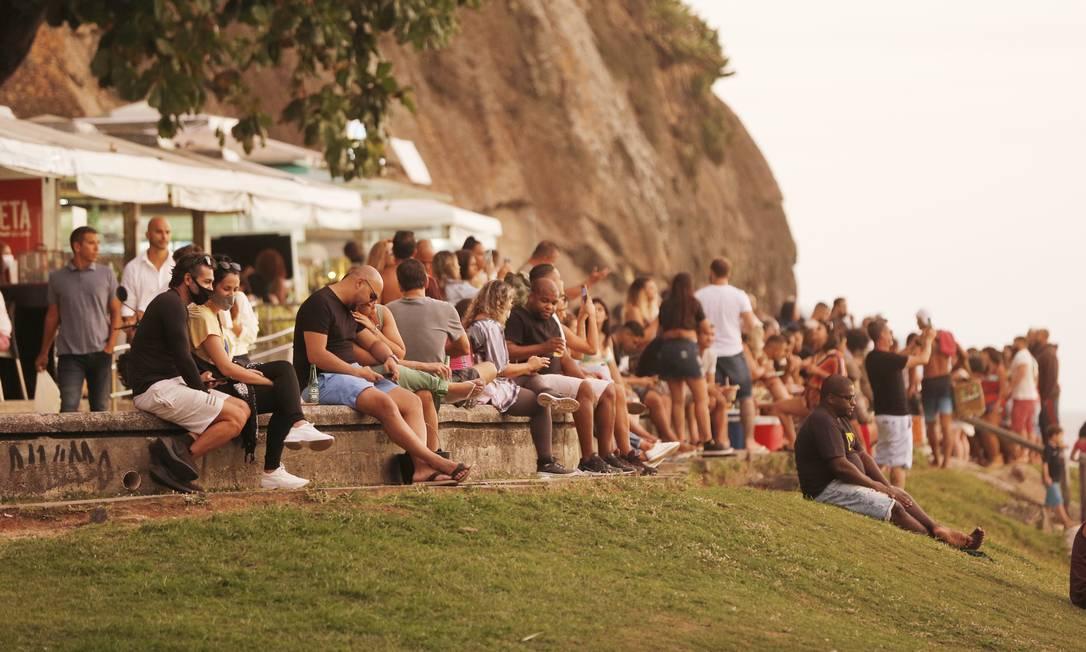 Pessoas aglomeradas na Pedra do Leme neste domingo Foto: Roberto Moreyra