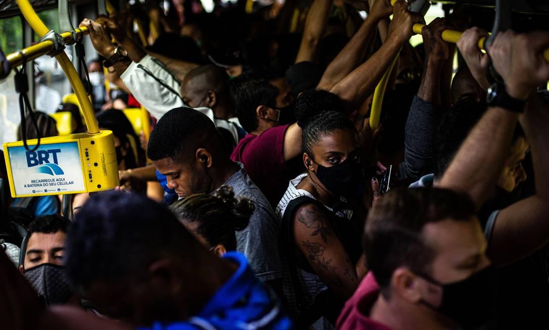 BRT lotado na última terça-feira: uso de máscaras pouco eficazes para ambientes fechados e falta de circulação de ar adequada elevam risco de transmissão da Covid-19 Foto: Hermes de Paula / Agência O Globo