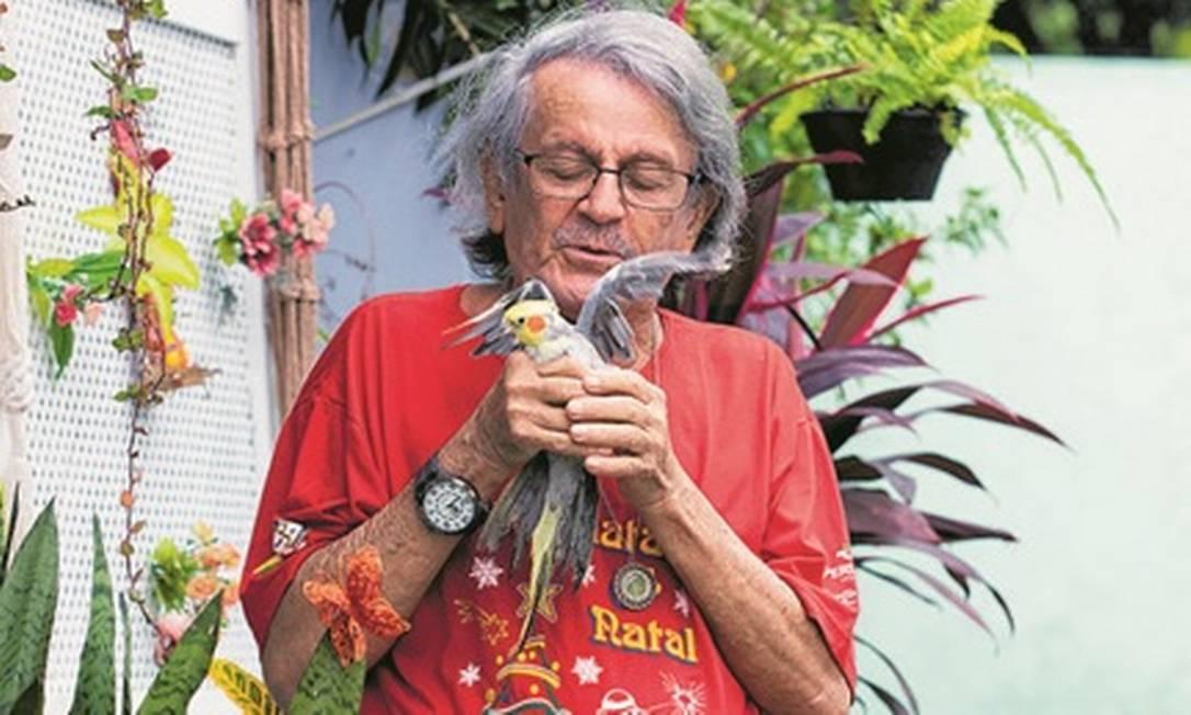 """Confiante. O contrarregra J. Maia, de 79 anos, que mora no Retiro dos Artistas, já tomou as duas doses da vacina contra a Covid-19: """"Esse momento vai passar"""" Foto: Ana Branco / Agência O Globo"""
