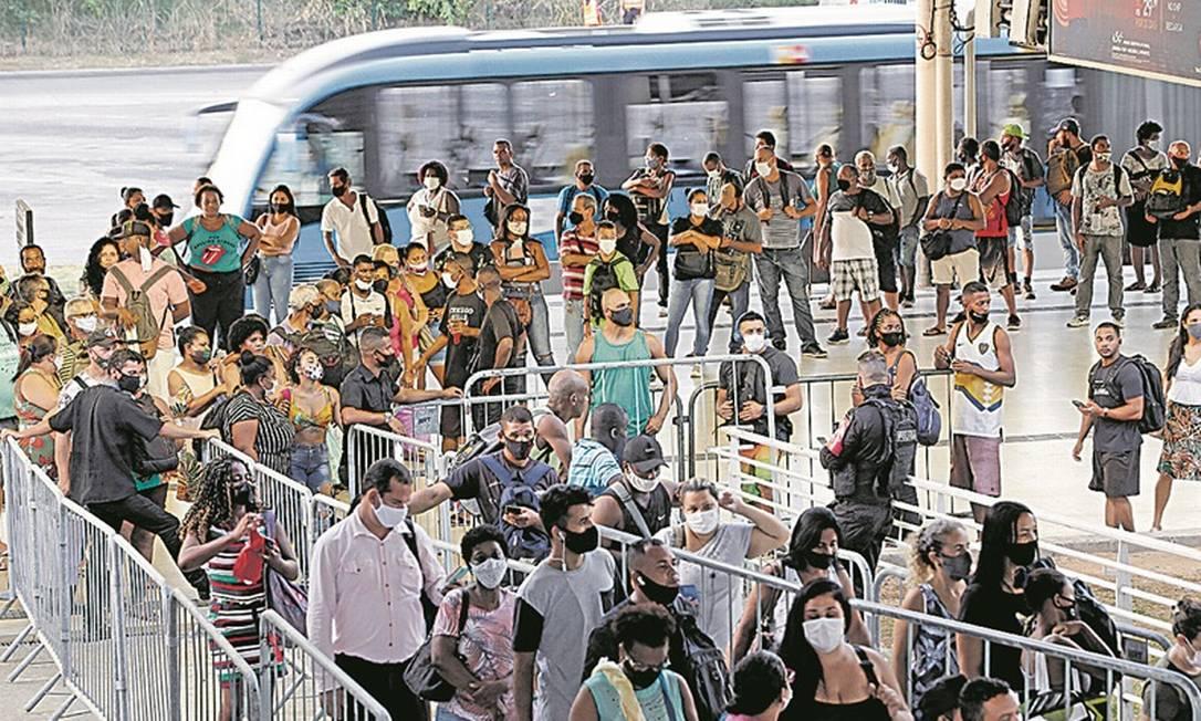 Sem troco. Passageiros no Terminal Alvorada: créditos do Riocard não usados ficam para as empresas de ônibus Foto: Roberto Moreyra / Agência O Globo