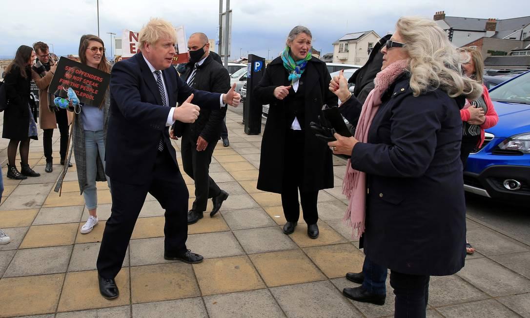 O primeiro-ministro da Grã-Bretanha, Boris Johnson, faz campanha em nome da candidata do Partido Conservador, Jill Mortimer, em Hartlepool Foto: POOL / REUTERS