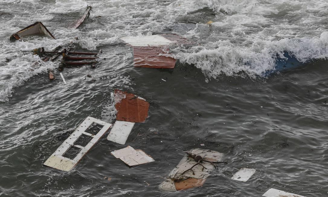 Destroços da embarcação vistos perto da península de Point Loma, em San Diego, Califórnia. Quatro pessoas morreram e 25 ficaram feridas depois que barco colidiu contra recife devido ao mau tempo Foto: Sandy Huffaker / AFP
