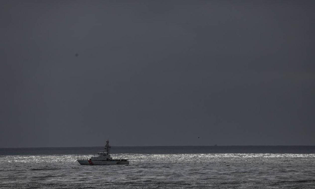 Barco da Guarda Costeira procura por sobreviventes na costa de San Diego Foto: Sandy Huffaker / AFP