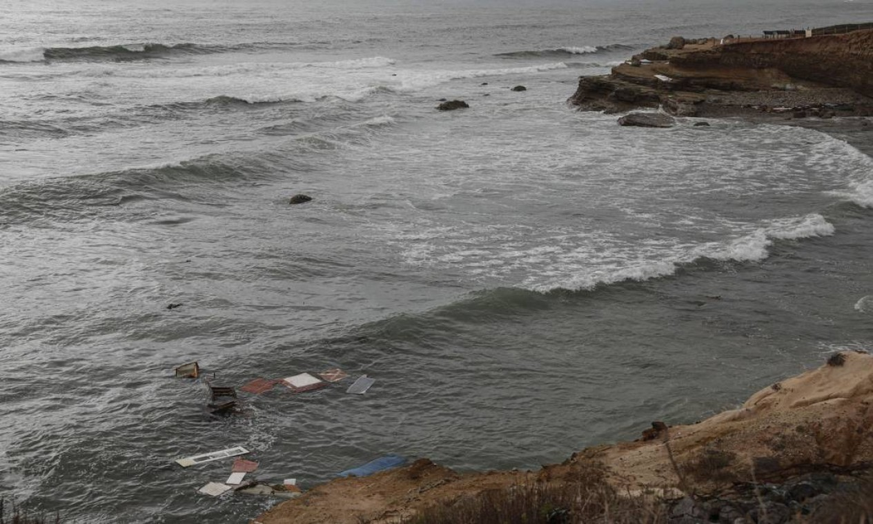 De acordo com autoridades, no momento do acidente havia bastante vento, frio e a temperatura da água era de 15 graus Foto: Sandy Huffaker / AFP