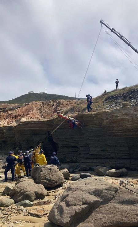 Equipes de resgate usam guindaste para içar as vítimas do naufrágio Foto: - / AFP