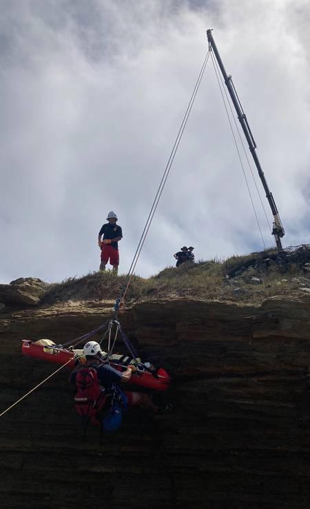 Equipe dos Bombeiros resgata uma das vítimas do naufrágio em San Diego, no estado da Califórnia Foto: - / AFP