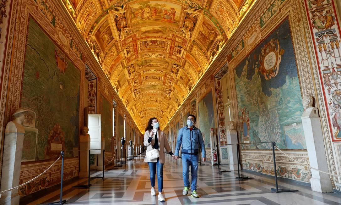 """As pessoas visitam os Museus do Vaticano no dia de sua reabertura. Complexo cultural e religioso abriga importantes obras da história da arte, como """"A deposição de Cristo"""", de Caravaggio, e a """"A escola de Atenas"""", de Rafael Foto: REMO CASILLI / REUTERS"""