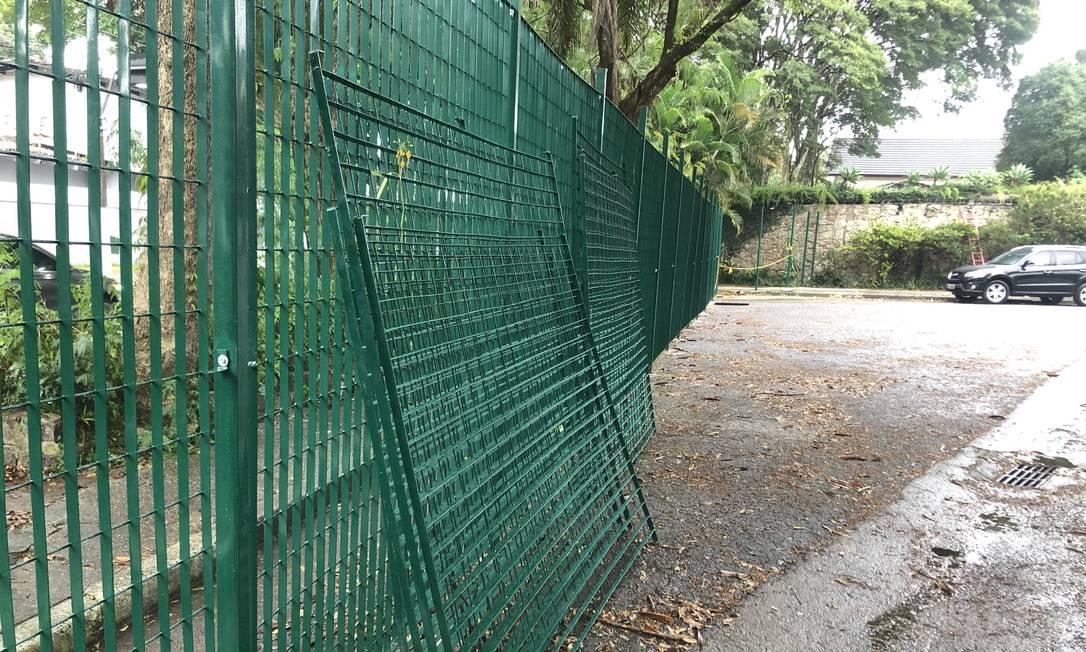 Grade instalada em rua de Alto de Pinheiros, em São Paulo Foto: Suzana Correa