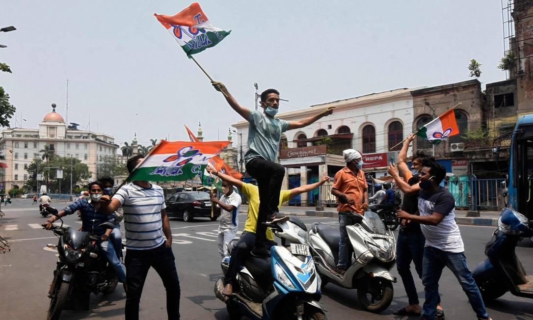 Eleitores do Congresso Trinamool comemoram vitória em Bengala Ocidental Foto: - / AFP/2-5-21